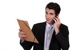 Homem de negócios que guarda um dobrador Imagem de Stock