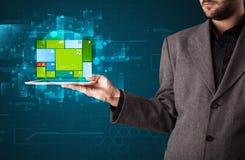 Homem de negócios que guarda uma tabuleta com o sy operacional do software moderno Fotografia de Stock Royalty Free