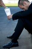 Homem de negócios que implora pela mudança de reposição Fotografia de Stock Royalty Free