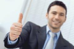 Homem de negócios que mostra o sinal APROVADO Imagens de Stock
