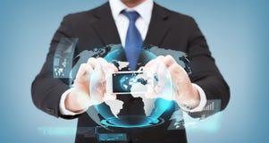 Homem de negócios que mostra o smartphone com holograma do globo Foto de Stock Royalty Free