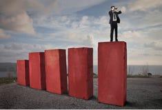 Homem de negócios que olha com binóculos Imagens de Stock Royalty Free