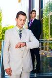 Homem de negócios que olha o pulso de disparo Fotos de Stock Royalty Free