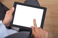 Homem de negócios que prende a tabuleta digital Imagens de Stock Royalty Free
