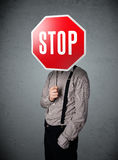 Homem de negócios que prende um sinal do batente Foto de Stock Royalty Free