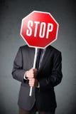 Homem de negócios que prende um sinal do batente Fotografia de Stock