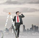 Homem de negócios que procura o negócio Imagens de Stock