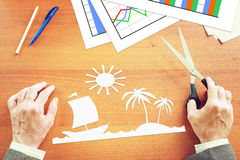 Homem de negócios que sonha sobre férias nos trópicos Imagem de Stock