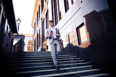 Homem de negócios que usa o smartphone fora Imagens de Stock