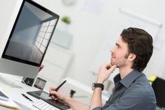 Homem de negócios que usa uma tabuleta e uma pena para navegar Imagens de Stock
