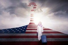 Homem de negócios árabe com bandeira e ponto de interrogação dos EUA Foto de Stock