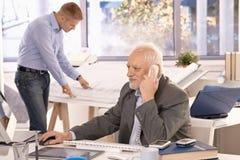 Homem de negócios sênior e funcionamento novo do arquiteto Fotografia de Stock Royalty Free