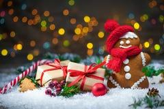 Homem de pão-de-espécie com presentes de Natal Fotos de Stock Royalty Free