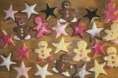 Homem de pão-de-espécie e cookies dadas forma estrela Foto de Stock Royalty Free