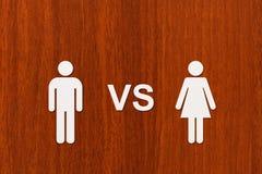 Homem de papel contra a mulher Imagem conceptual abstrata Fotos de Stock Royalty Free