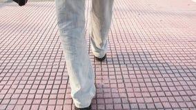 Homem de passeio com uma mala de viagem preta filme