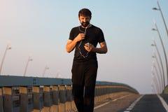 Homem de passeio que usa o telefone Foto de Stock Royalty Free