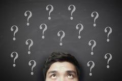 Homem de pensamento com ponto de interrogação no quadro-negro Foto de Stock