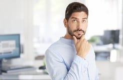 Homem de pensamento no escritório fotos de stock royalty free