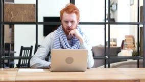 Homem de pensamento que trabalha no portátil no escritório, pensativo video estoque