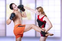 Homem de perfuração do lutador da mulher na cabeça Imagem de Stock
