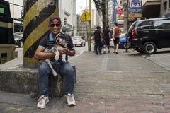 Homem de Philippino com seu cão Fotografia de Stock Royalty Free