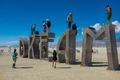 Homem de queimadura, Nevada, EUA, setembro, 6, 2015: Participantes no festival de queimadura do homem que est? e em torno de uma  fotografia de stock