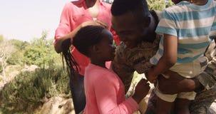 Homem de retorno do soldado Exited que encontra suas esposa e crianças vídeos de arquivo