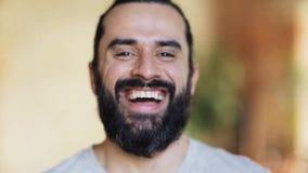 Homem de riso feliz com barba vídeos de arquivo