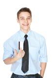 Homem de riso novo que mantém um cartão de crédito isolado no branco Fotos de Stock