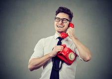 Homem de riso que fala no telefone fotografia de stock royalty free
