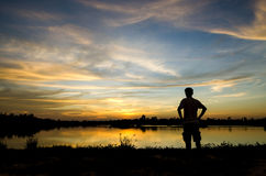 Homem de Silouette no por do sol Foto de Stock Royalty Free