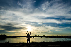 Homem de Silouette no por do sol Fotografia de Stock Royalty Free