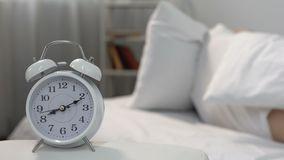 Homem de sono acordando sadio do alarme irritante na cama, privação do resto, lembrete filme