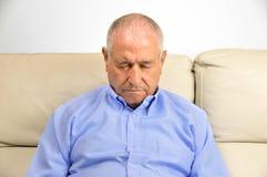 Homem de sono no sofá foto de stock