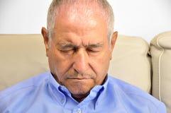 Homem de sono no sofá imagens de stock royalty free