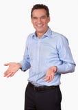 Homem de sorriso atrativo com mãos abertas Imagem de Stock Royalty Free