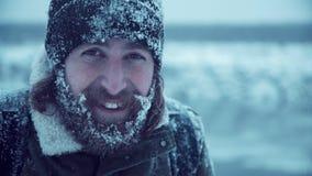 Homem de sorriso com a barba na neve Fotografia de Stock