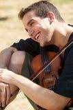 Homem de sorriso com seu violino foto de stock