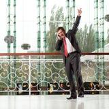 Homem de sorriso com telefone móvel Imagens de Stock Royalty Free