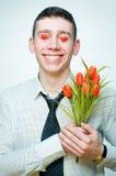Homem de sorriso com tulips foto de stock