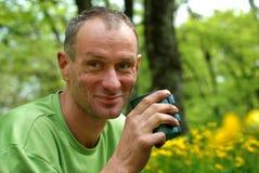 Homem de sorriso com um copo do chá Imagens de Stock Royalty Free