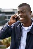Homem de sorriso do africano do telefone Fotografia de Stock