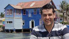 Homem de sorriso e casa velha imagem de stock royalty free