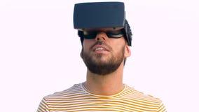 Homem de sorriso em auriculares da realidade virtual fora vídeos de arquivo