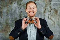 Homem de sorriso em um revestimento e em uma camisa com laço como a borboleta Como amarrar um conceito do laço foto de stock royalty free
