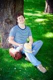 Homem de sorriso feliz na grama Imagem de Stock