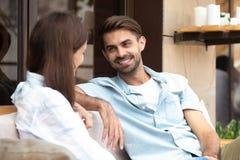 Homem de sorriso feliz que tem a boa conversação com jovem mulher fotografia de stock royalty free