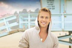 Homem de sorriso na praia foto de stock