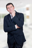 Homem de sorriso no escritório/casa fotos de stock